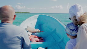Familie, die mit dem Boot auf hoher Geschwindigkeit reist stock video footage