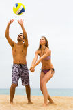 Familie, die mit einem Ball am Strand spielt Lizenzfreies Stockbild