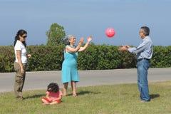 Familie, die mit einer Kugel spielt Lizenzfreies Stockfoto