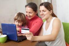 Familie, die mit Kreditkarte im Internet zahlt Lizenzfreies Stockbild