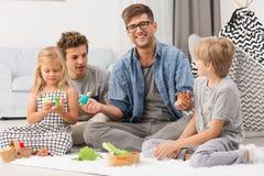 Familie, die mit Marionetten spielt Lizenzfreies Stockfoto