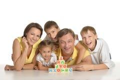 Familie, die mit Würfeln spielt Stockfotos