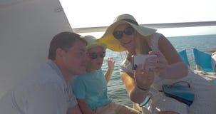Familie die mobiele selfie op het schip maken stock footage