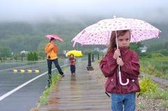 Familie onder de regen Stock Afbeelding