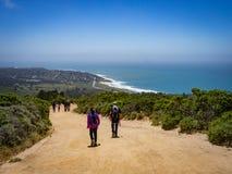 Familie, die in Montara, Kalifornien mit Strand und Ozean wandert stockfotos