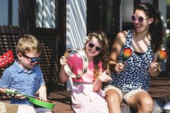 Familie die muzikale instrumenten spelen bij toevlucht royalty-vrije stock afbeelding