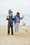 Familie, die nahe dem Meer geht Stockfoto