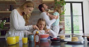 Familie, die Nahrung auf worktop in der Küche am behaglichen Haus 4k zubereitet stock footage
