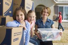 Familie, die in neues Haus sich bewegt Lizenzfreies Stockfoto