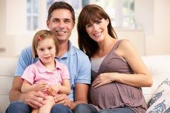 Familie, die neues Schätzchen erwartet Lizenzfreie Stockfotografie
