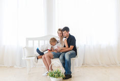 Familie, die neues Schätzchen erwartet Rührender schwangerer Mutterbauch des Kinderjungen Stockfotografie