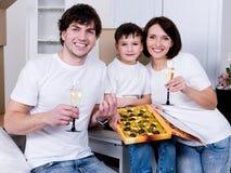 Familie die nieuw huis viert Stock Fotografie
