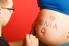 Familie die nieuwe baby verwacht Stock Afbeelding