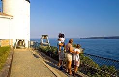 Familie die oceaan overziet Royalty-vrije Stock Fotografie