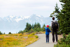 Familie, die olympischen Nationalpark genießt Stockbilder