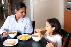 Familie die Ontbijt eet Stock Foto