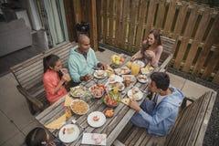 Familie die Ontbijt hebben bij Vakantieplattelandshuisje Royalty-vrije Stock Afbeeldingen