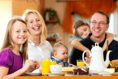 Familie die ontbijt heeft Stock Afbeeldingen