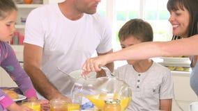 Familie die ontbijt in keuken samen eten stock video