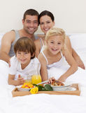 Familie die ontbijt in slaapkamer heeft Stock Fotografie