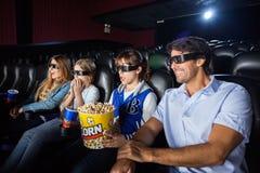 Familie die op 3D Film in Bioskooptheater letten stock fotografie