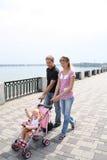 Familie die op dijk loopt royalty-vrije stock afbeelding