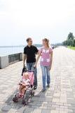 Familie die op dijk loopt Stock Fotografie