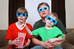 Familie die op een 3d film let Stock Foto