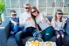 Familie die op een 3d film let Stock Afbeelding