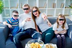 Familie die op een 3d film let Stock Fotografie