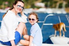 Familie die op een luxejacht vaart Stock Fotografie