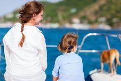 Familie die op een luxejacht vaart stock foto