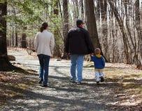Familie die op een rotsachtige weg loopt Stock Afbeeldingen