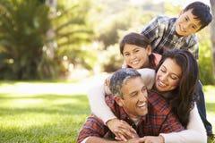 Familie die op Gras in Platteland liggen royalty-vrije stock foto