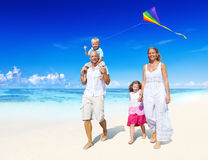 Familie die op het strand loopt Royalty-vrije Stock Fotografie