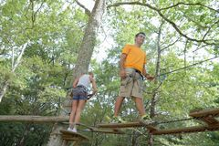 Familie die op kabel in avonturenpark beklimmen Royalty-vrije Stock Foto's