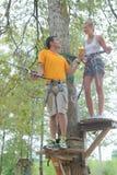 Familie die op kabel in avonturenpark beklimmen Stock Afbeelding