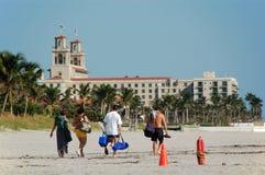 Familie die op strand lopen Stock Foto's
