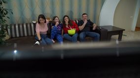 Familie die op TV op de Grote Bank letten stock footage