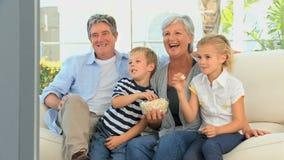 Familie die op TV let stock videobeelden