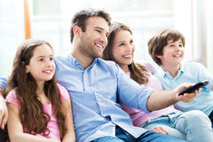 Familie die op TV let stock foto