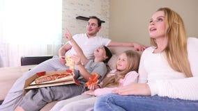 Familie die op TV let stock footage