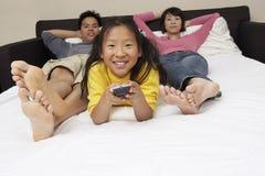 Familie die op TV samen letten Royalty-vrije Stock Foto