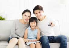 Familie die op TV in woonkamer letten stock fotografie