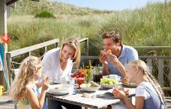 Familie die op vakantie in openlucht eet Royalty-vrije Stock Foto's