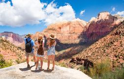 Familie die op vakantie wandelen, die bovenop de berg ontspannen, die mooi bergenlandschap bekijken stock afbeelding