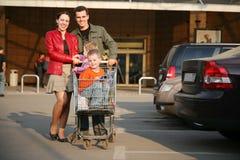 Familie die op winkel 2 parkeert Stock Fotografie