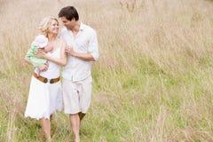 Familie die in openlucht het glimlachen loopt Royalty-vrije Stock Foto's