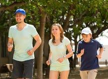 Familie die openlucht lopen doen Stock Afbeeldingen
