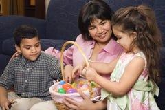 Familie, die Ostern feiert. Lizenzfreies Stockfoto
